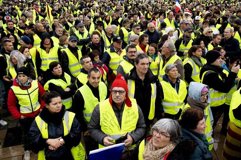 Listopad-Grudzień || Przez kilka tygodni we Francji trwały protesty przeciwko podwyżce cen paliwa. Od początku demonstracji zginęło dziesięć osób, a zatrzymano łącznie kilka tysięcy uczestników protestów.