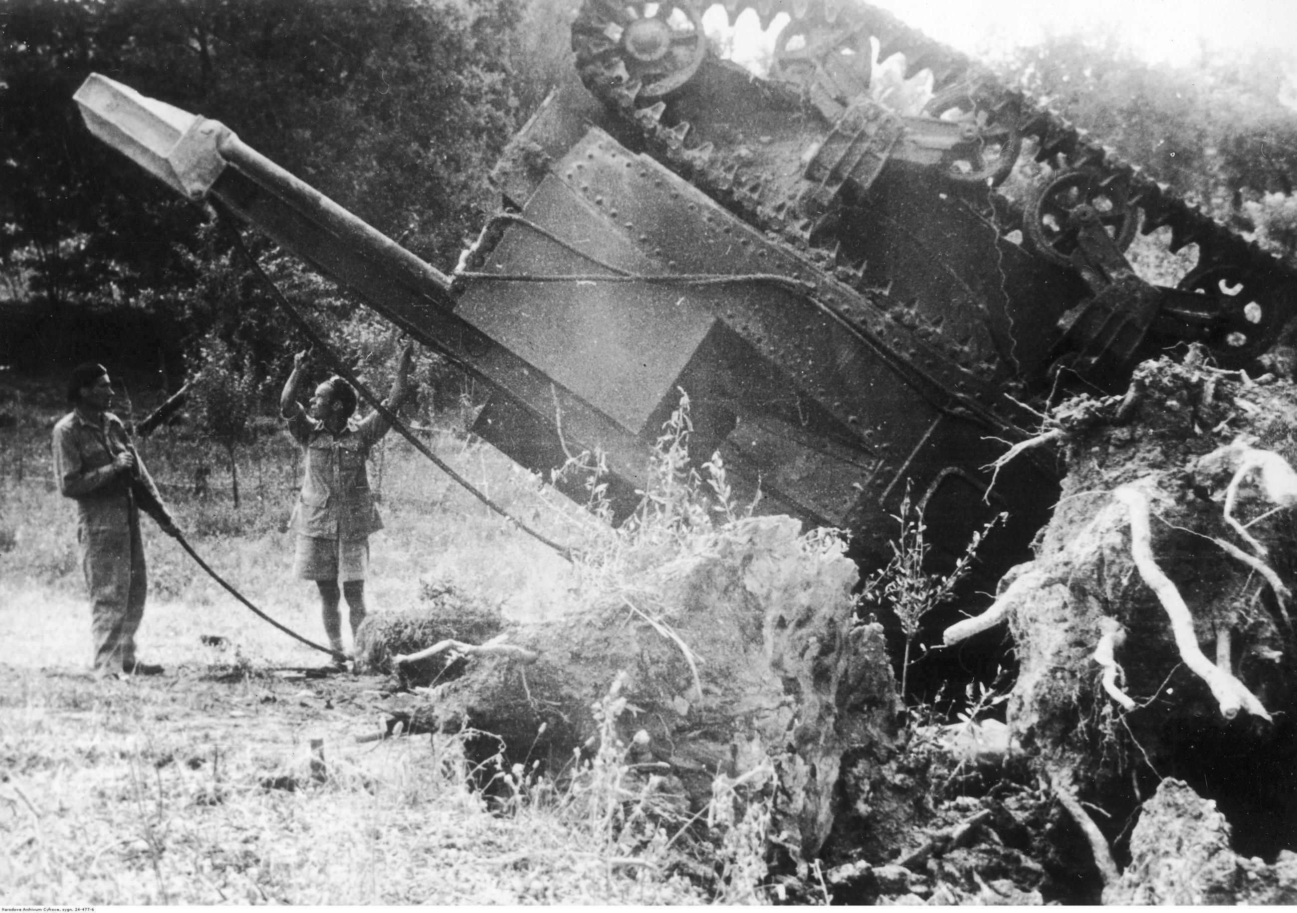 Czołg ratowniczy, który przewrócił się w czasie pracy na wzgórzu Badia, 18 lipca 1944 r.