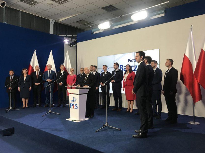 26 kwietnia prezes Jarosław Kaczyński przedstawił kandydatów Zjednoczonej Prawicy w wyborach samorządowych. Patryk Jaki z Solidarnej Polski będzie kandydował w Warszawie. Z kolei w Krakowie o fotel prezydenta będzie walczyła Małgorzata Wassermann.