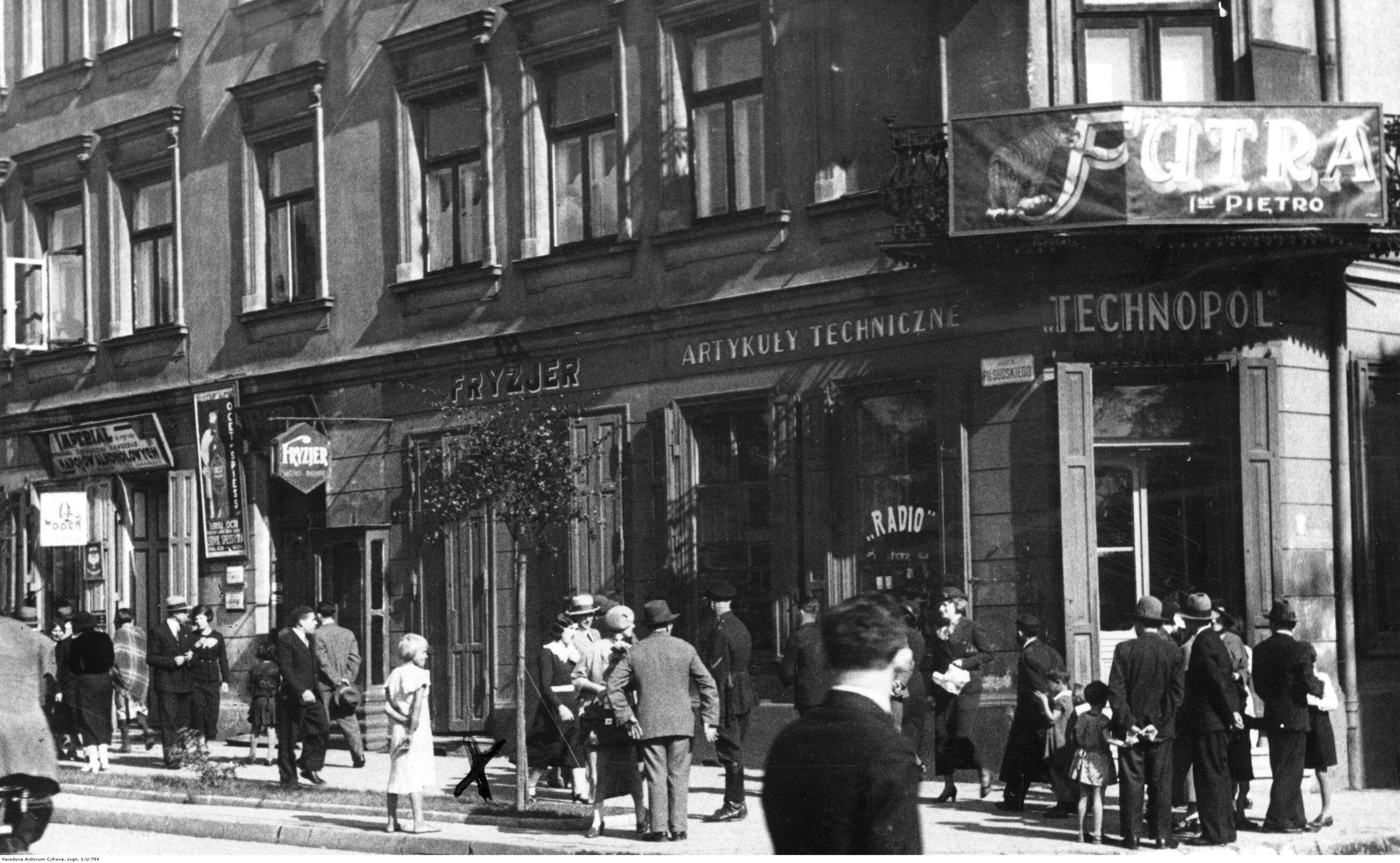 Częstochowa Częstochowa była największym miastem województwa... kieleckiego. Drugim co do wielkości miastem tego województwa był Sosnowiec, a trzecim Radom. Kielce, od których nazwano województwo i uczyniono jego stolicą, były dopiero czwarte. W 1931 r. liczyły 58 tys. ludzi, o połowę mniej od Częstochowy. Liczba ludności w 1939 r.: 138 tys., obecnie: 226 tys. Na zdjęciu: witryny sklepów w Częstochowie, październik 1934 r.